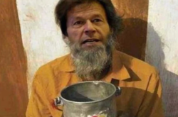 Pic of Pak PM Imran Khan seen on Google searching as a 'Bhikhari'!